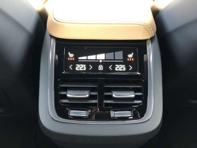 4ゾーンエアコンはダッシュボード中央のタッチスクリーン式センターディスプレイのほか、トンネルコンソールの後部に整然と配置されたタッチコントロールパネルでも操作できます。
