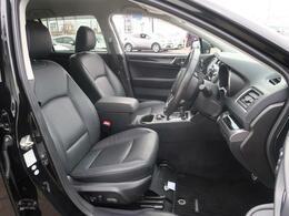 黒革シート♪運転席は男性でも女性でも乗り降りしやすい高さになっております♪男性でも女性でも運転しやすいお車ですね♪