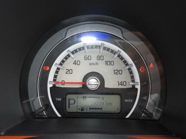 視認性の良い大型円形メーターには燃費やエコスコアを表示するマルチインフォメーションがあります。