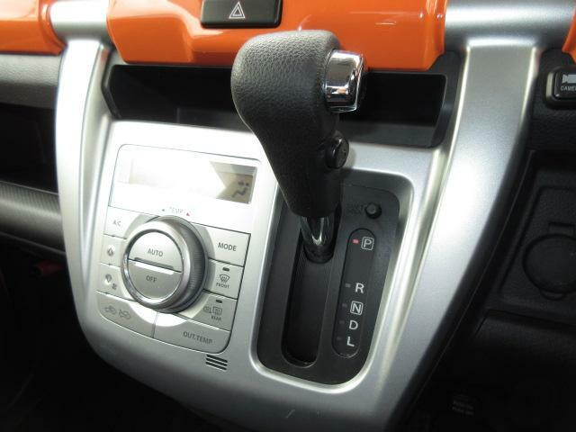 最近人気のインパネシフトを採用!!エアコンは便利なフルオートタイプを装備しています!!温度設定をすればあとの煩わしい操作は車にお任せ!!!