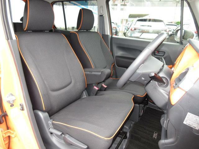 ベンチシートを採用しておりますので、広々としたフロントシートになっております!