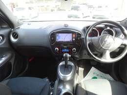 運転席は一番使用感が出てしまいますが、こちらのお車は綺麗です。足元ゆったり、格好良いハンドル!