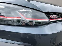 GTIを象徴するレッドラインを施したダイナミックなLEDヘッドライトです。