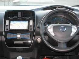 運転席廻りにはナビやエアコンといった操作パネルを配置してます。ハンドルにはナビのオーディオ操作を行えるスイッチを装備していますので、運転中でも音量調整を行うことができます!