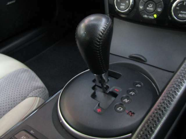 シフトレバーはよく触れられる場所ですが、目立つ汚れや傷はありません!気持ちよく運転できますね♪