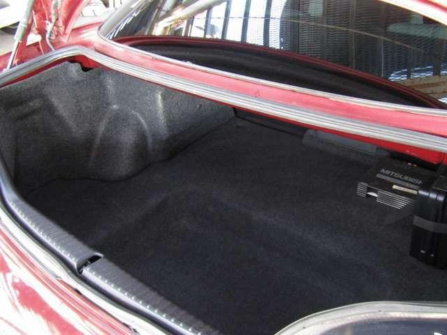 ラゲッジスペースはスポーツカーとしては段違いの広さを誇ります。