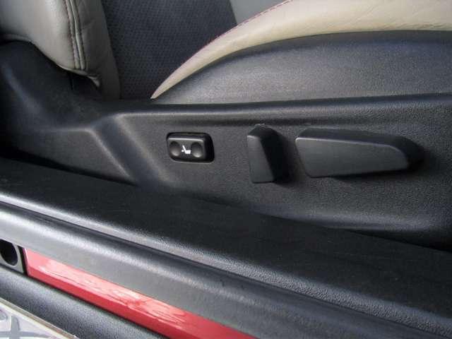 運転席に電動パワーシートがついていますので、シート調整も楽々にできます!