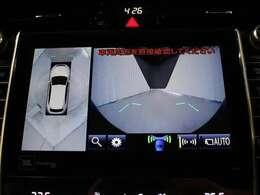 車両を上から見たような映像をナビ画面に表示するパノラミックビューモニター(左右確認サポート+シースルービュー機能付)。運転席からの目視だけでは見にくい、車両周辺の状況をリアルタイムで確認できます。