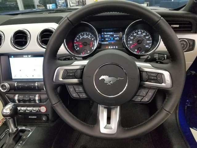 初代マスタングのステアリングホイールと同意匠の3本スポーク  パドルシフトも付いています。 UK仕様ですので、右ハンドル! スピードメーターはマイル表示 (kmスケールも併記していますので安心です。)