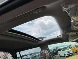 開放的なドライブをお楽しみいただけるサンルーフ。晴れた空の下、サンルーフを開けてのドライブは気持ちよさそうですね。当然後付けはできないので、サンルーフ付きの車両は希少です。