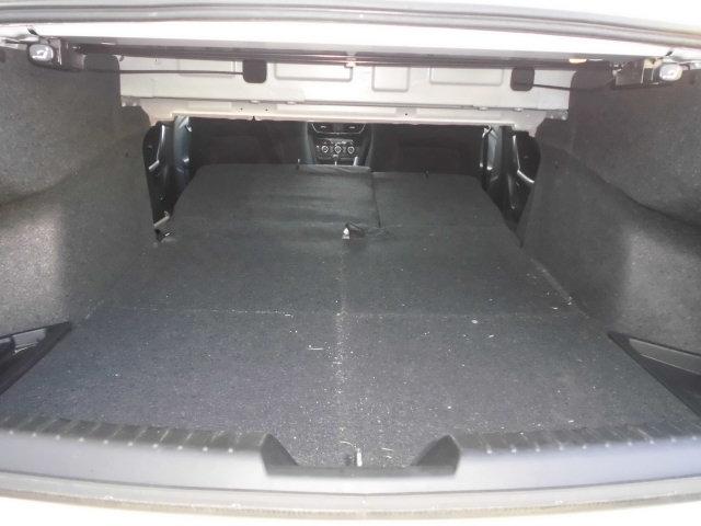分割可倒式リヤシートバックを倒すと、長めの荷物も積載可能です。
