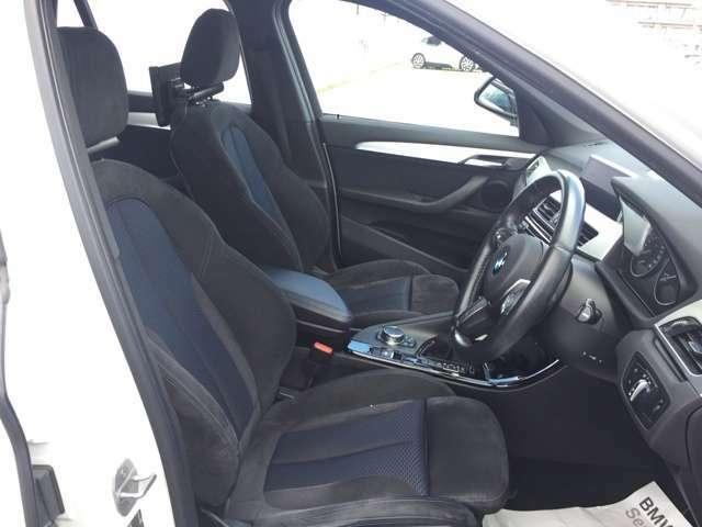 運転席のお写真でございます。スポーツシートが使用されておりますので、身体の揺れを抑え、疲労を軽減いたします。
