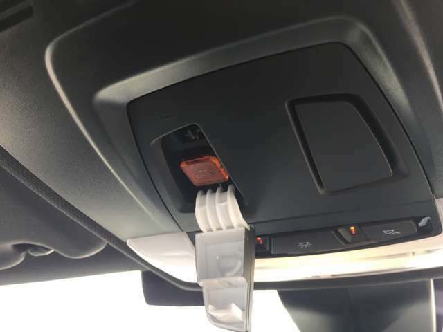 BMWエマージェンシーコールを装備しております。トラブルの際は、こちらのスイッチを一つで、コールセンターへお繋ぎ致します。24時間365日体制あなたをサポートいたします。