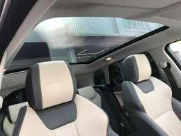 開放感あふれるパノラミックガラスル-フ。 夜、駐車時に車内から天体観測もできちゃう素敵なオプション! もちろん、日中のドライブも楽しくなる装備です。