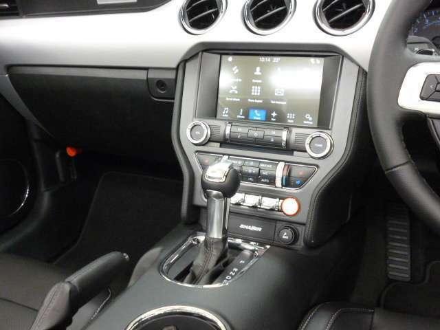 パドルシフト付6速AT   エンジンスタートボタンも右寄りに変更し、トグルスイッチの配列もレイアウト変更されています。