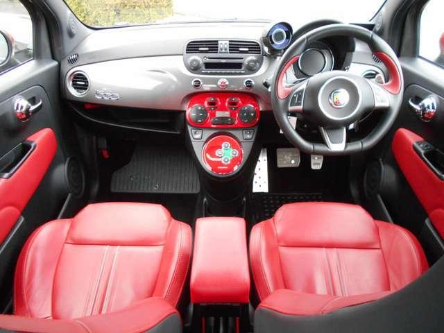 全体的に赤でまとめてあり、お洒落なイタリア車らしい内装です♪