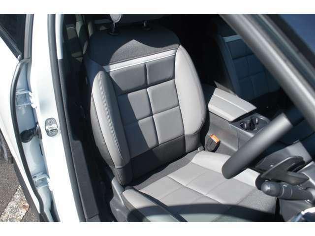 ハーフレザーの運転席は、シトロエンならではのコンフォート性能で疲れ知らず。