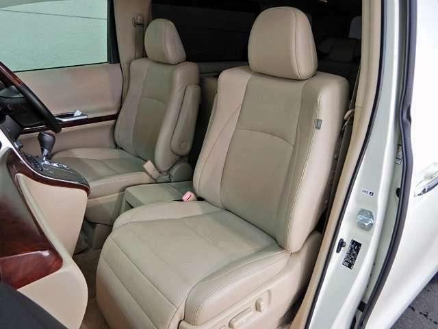 心地よい色と質感の革張りシートが特徴の高級感を感じるフロントシート♪