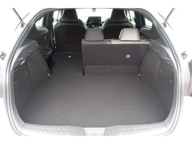 セカンドシートが分割式でシートを倒せば荷室として広く使えます。