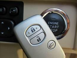 キーを身につけている状態なら、ドアに付いているスイッチを押すだけで、ドアロックの開閉ができる機能。エンジン始動も便利です