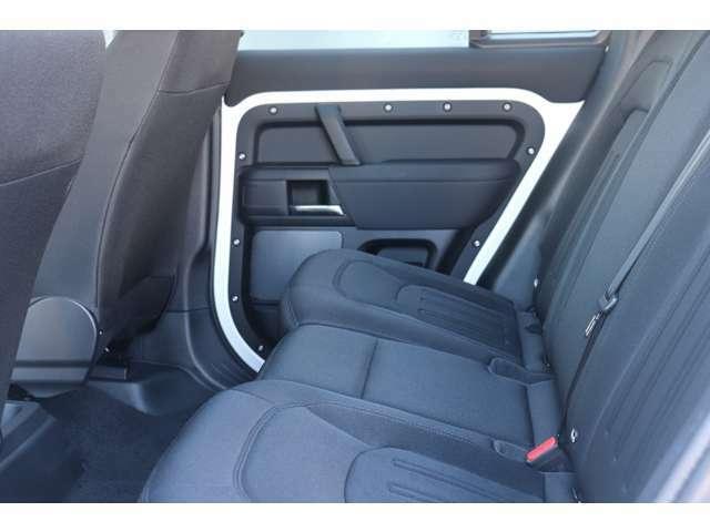 後部座席も広くゆとりがあり、快適にお乗りいただけます。