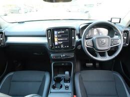 人気のXC40 T4 モメンタムをご紹介!内装が黒のシートに加え、サンルーフ、プレミアムサウンド、360度カメラに運転席電動シートなどの装備充実の1台です。