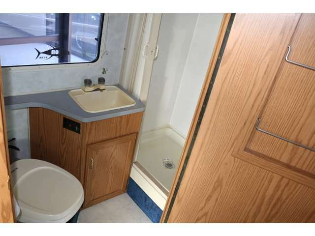 後ろにはトイレシャワールームがついています!トイレは基本的には使わないですが緊急時には助かりますね!笑シャワールームもあるので海に遊びに行くとき、ジェットスキー、サーフィンなどにも役立ちます!