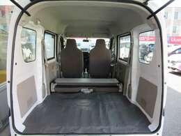 ラゲッジルームは十分な収納量を確保しております。またリヤシートを倒すと大容量の荷物を収納することができます。
