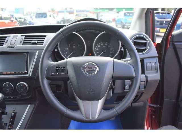 豪華な革巻ステアリング付きです!ステアリングにオーディオの調節スイッチが付いています。運転中は手を離さずにオーディオの操作調節ができます。