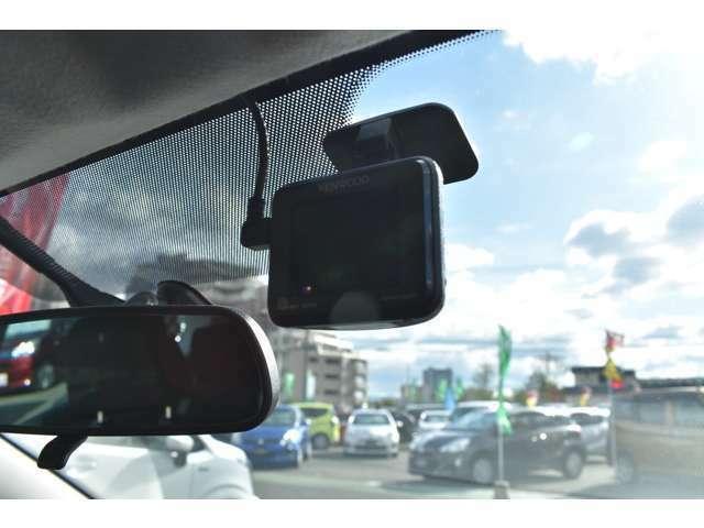 Bプラン画像:ドライブレコーダーとは映像を自動的に記録する車載装置です!運転中の「万が一」を記録することで、交通事故処理の迅速化や安全運転意識向上などのメリットがあります!是非お勧めです♪