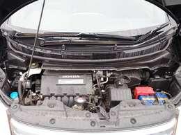 エンジンルームです。車の外だけでなく内側も隅々までクリーニングをしてご納車致します。