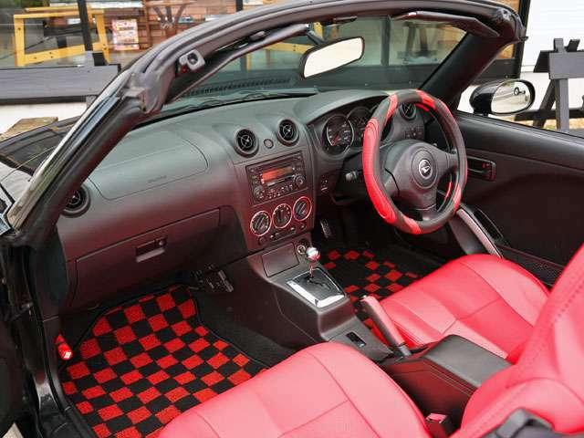 新品の赤革風シートカバーです。シート本体は純正ノーマルの黒色ファブリック製です。