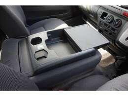 センターシートを倒していただければアームレストや小物置きとしても利用可能です。