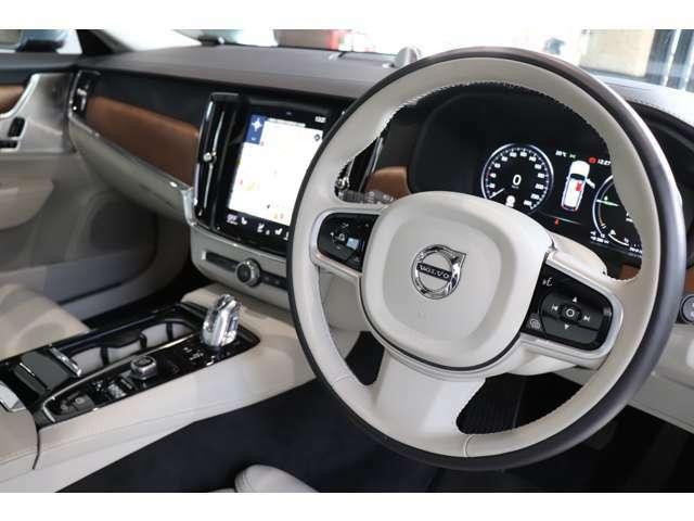 ボルボならではの充実した安全装備付き!便利なヘッドアップディスプレイも装備されております。