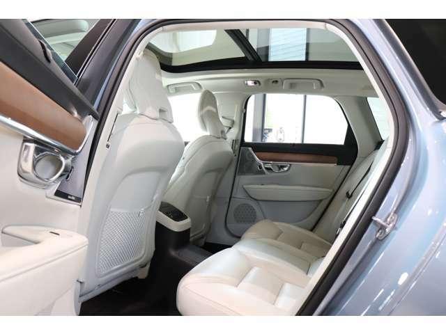 後席も余裕ある空間が確保されており、パノラマサンルーフ付きで開放感あふれるドライブが楽しめます。