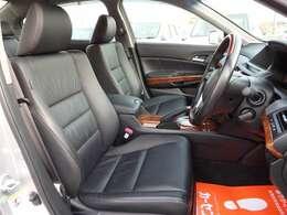 運転席シート☆豪華な黒革シート☆禁煙車でとてもキレイな室内です☆