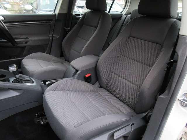 運転席と助手席はスポーツシート♪シートには目立つ擦れやキズ等もなくキレイな状態です♪シートのクッション性も良く座り心地も良好です♪センターコンソールはひじ掛けにもなります♪