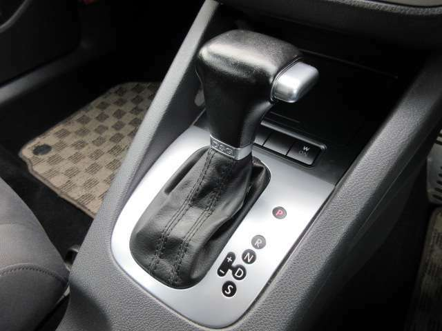 シフトはシンプルなデザインで握りやすく操作もしやすいです♪マニュアルモードも搭載されておりますのでスポーティーな走行も可能です♪
