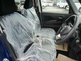 運転席まわりです。実際に座ってみて、乗り心地を体験してみてください