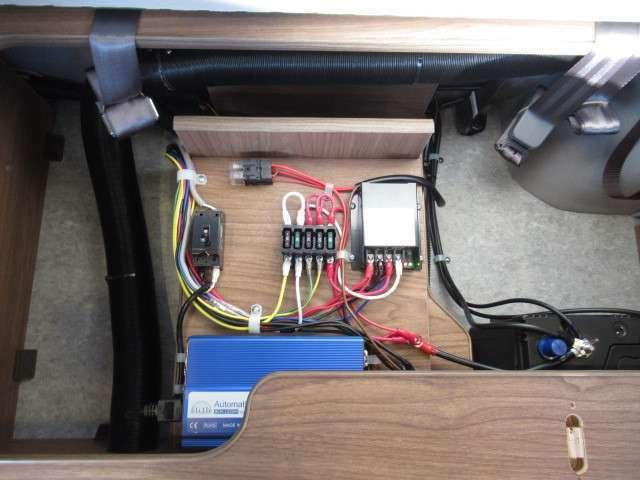 サブバッテリー、走行充電、外部充電、外部電源、155Wソーラーパネル、FFヒーター等装備しております♪