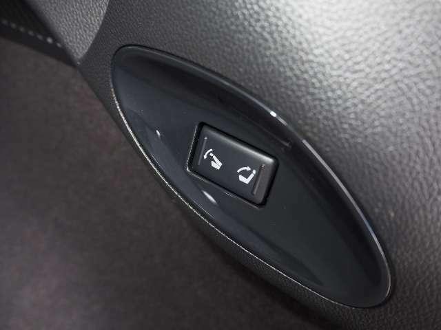 リヤシートのアレンジがボタンひとつでスマートに行える、リモコン可倒式リヤシート (電動復帰タイプ)