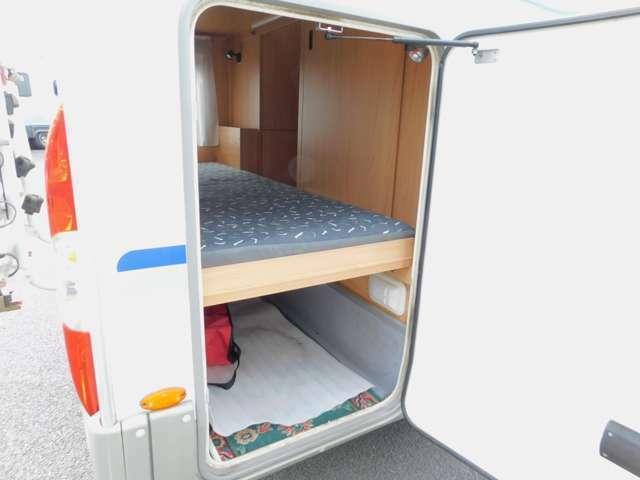 後部トランク用大型バゲッジドア 下段ベッド跳ね上げ可能