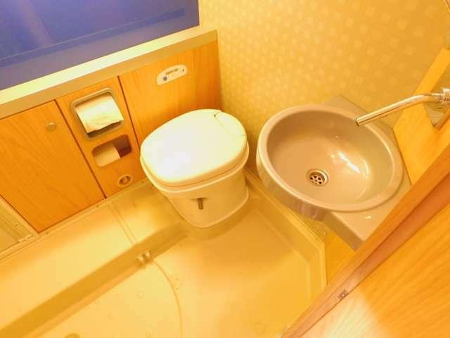 広々したレストルーム! カセット引き出し式トイレ 洗面台
