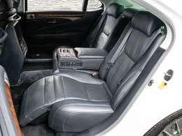 後席オットマン搭載!!こんな快適空間はセパレートPKGだけの特別空間です!!全席エアシート機能を搭載し後席もオールシーズン快適にお過ごし頂けます!!