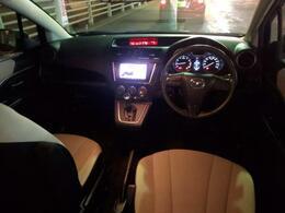 ルーフも高く全席余裕のある車内空間です。ナビも見やすい位置です!