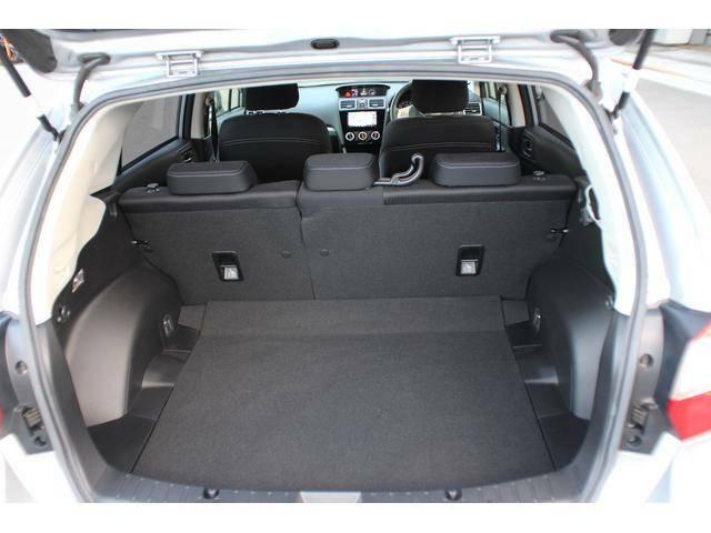 【カーゴルーム】リヤのハッチバックを開けると広い荷室が現れます、そのままでもかなり入りますが、リヤシートのシートバックを倒し込めば更に広く使うことも可能です!
