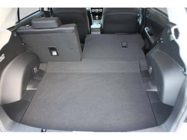 【シートアレンジ】リヤシートのシートバックは分割可倒式となっており、3名乗車で長い物を積むこと可能となっております。