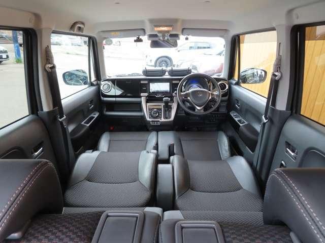 前席のヘッドレストを外しシートを倒せば、ロングソファーモードに!足を伸ばしてゆっくり休める空間に!