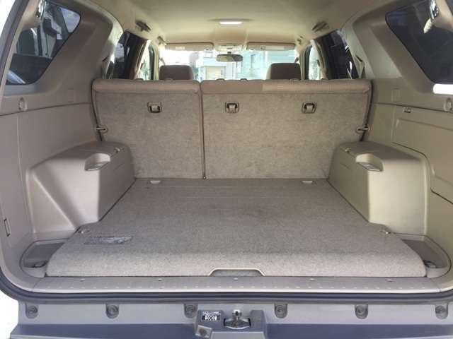 ラゲッジスぺ―スも広々!!リヤシートは折り畳み可能です!プライベートにお仕事に使える車です!!