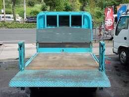 荷台の詳細と致しまして、最大積載量2,000kg、荷台内寸は、長さ:205cm 幅:160cm あおり部高さ:40cmとなっております。また、荷台の地上高は72cmです。なお荷台は木板張りとなります。